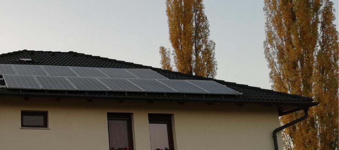 Árnyékhatás, széttagoltság, dőlésszög: mindent a napelemes tetőről